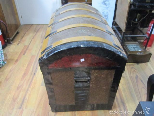 Antigüedades: Antiguo baúl de madera con herrajes metálicos. Interior forrado. 93 x 56 x 72 cms. altura. - Foto 2 - 57228805