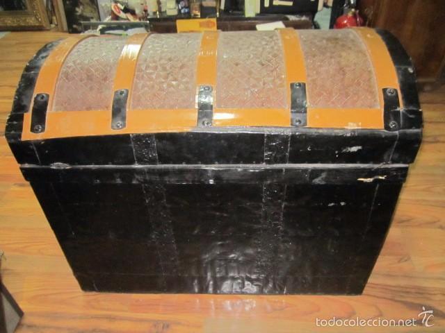 Antigüedades: Antiguo baúl de madera con herrajes metálicos. Interior forrado. 93 x 56 x 72 cms. altura. - Foto 3 - 57228805
