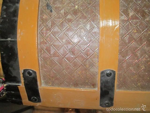 Antigüedades: Antiguo baúl de madera con herrajes metálicos. Interior forrado. 93 x 56 x 72 cms. altura. - Foto 4 - 57228805