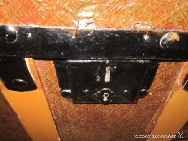 Antigüedades: Antiguo baúl de madera con herrajes metálicos. Interior forrado. 93 x 56 x 72 cms. altura. - Foto 6 - 57228805