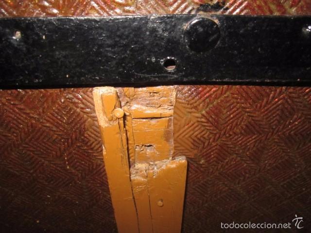 Antigüedades: Antiguo baúl de madera con herrajes metálicos. Interior forrado. 93 x 56 x 72 cms. altura. - Foto 7 - 57228805