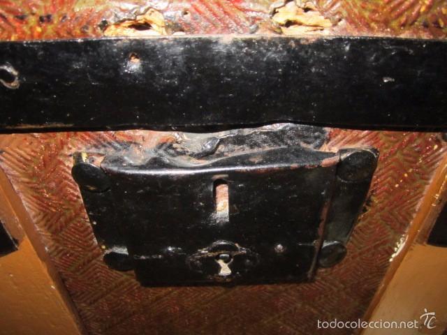 Antigüedades: Antiguo baúl de madera con herrajes metálicos. Interior forrado. 93 x 56 x 72 cms. altura. - Foto 8 - 57228805
