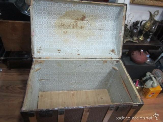Antigüedades: Antiguo baúl de madera con herrajes metálicos. Interior forrado. 93 x 56 x 72 cms. altura. - Foto 9 - 57228805