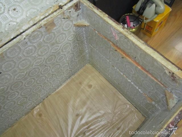 Antigüedades: Antiguo baúl de madera con herrajes metálicos. Interior forrado. 93 x 56 x 72 cms. altura. - Foto 11 - 57228805