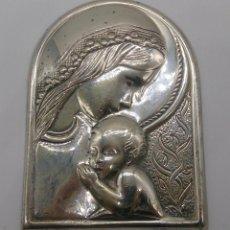Antigüedades: IMAGEN DE LA VIRGEN MARÍA Y EL NIÑO EN PLATA DE LEY LAMINADA Y CONTRASTADA .. Lote 57240084