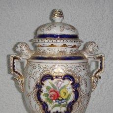 Antigüedades: ANTIGUO JARRÓN DE PORCELANA. PINTADO A MANO. CON DORADOS. SELLO EN LA BASE.. Lote 57260675