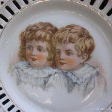 Antigüedades: PLATO DE PORCELANA DE LIMOGES CON CALADOS Y ORO DECORADO CON NIÑOS INFANTES. Lote 57271339