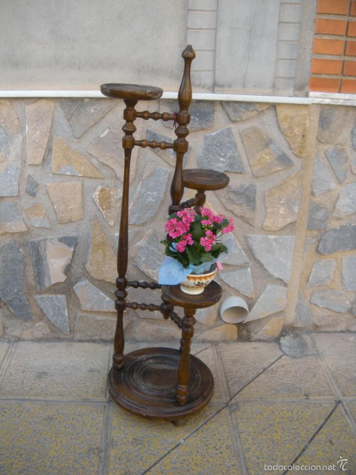ANTIGUO MACETERO TRIPLE EN MADERA TORNEADA. (Antigüedades - Hogar y Decoración - Maceteros Antiguos)