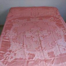 Antigüedades: COLCHA ANTIGUA DE RASO ADAMASCADA ROSA, FLECO.. Lote 57306130