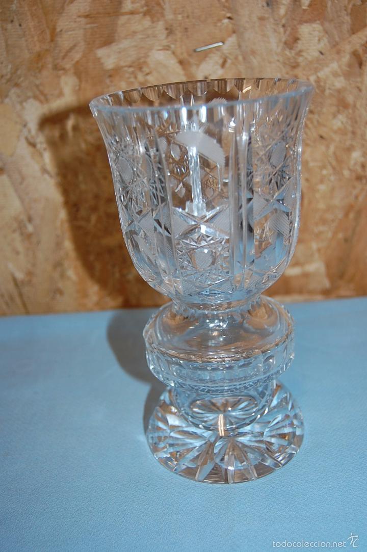 JARRÓN EN CRISTAL TALLADO DE 20 CM ALTURA (Antigüedades - Cristal y Vidrio - Bohemia)