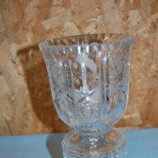 Antigüedades: JARRÓN EN CRISTAL TALLADO DE 20 CM ALTURA. Lote 57313858