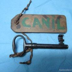 Antigüedades: LLAVE ANTIGUA DE CASETA PARA PERROS CAN CANIL CON LA TABLA DE LA EPOCA PIEZA DE MUSEO PORTUGUESA. Lote 57336245