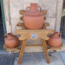 Antigüedades: CANTARERA DE MADERA CON DECORACION Y FORJA E INCRISTACIONES DE CERAMICA, CON LOS 3 CANTAROS. Lote 80912526