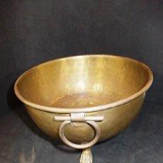 Antigüedades: ANTIGUO CENTRO DE MESA DE LATON Y BRONCE PIES EN GARRA. Lote 57370647