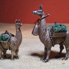 Antigüedades: LOTE 2 ANTIGUAS MINIATURAS DE LLAMA EN PLATA DE LEY 925 CON TROZOS DE TURQUESA, PERU. Lote 179144920