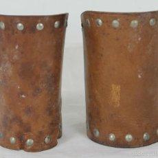 Antigüedades: PAREJA DE MUÑEQUERAS EN CUERO. REMATES EN LATON. CIERRE DE CORCHETES. SIGLO XX. . Lote 57425536
