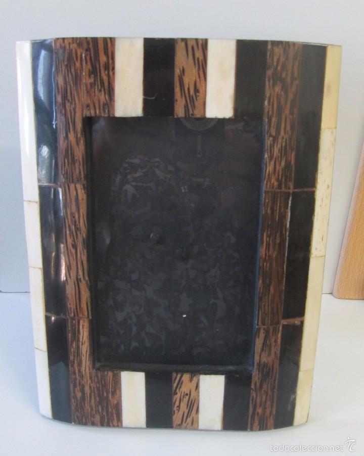 PORTARRETRATO CON APLICACIONES EN HUESO (Antigüedades - Hogar y Decoración - Portafotos Antiguos)