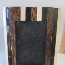 Antigüedades: PORTARRETRATO CON APLICACIONES EN HUESO. Lote 143136506