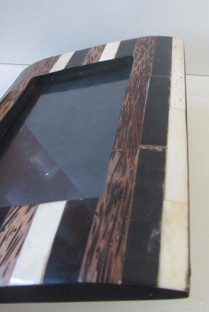Antigüedades: Portarretrato con aplicaciones en hueso - Foto 5 - 143136506