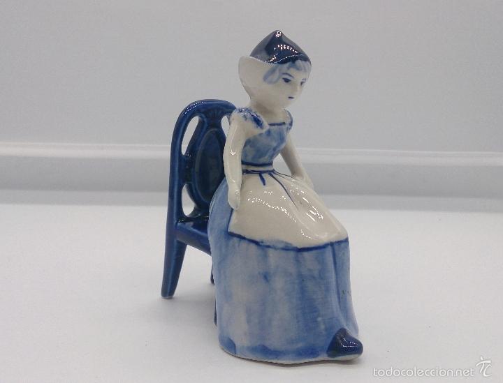 BELLA FIGURA EN PORCELANA HOLANDESA DELFT BLUE ( DONCELLA HOLANDESA TRADICIONAL SENTADA ) . (Antigüedades - Porcelana y Cerámica - Holandesa - Delft)