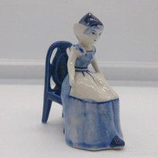 Antigüedades: BELLA FIGURA EN PORCELANA HOLANDESA DELFT BLUE ( DONCELLA HOLANDESA TRADICIONAL SENTADA ) .. Lote 57476777
