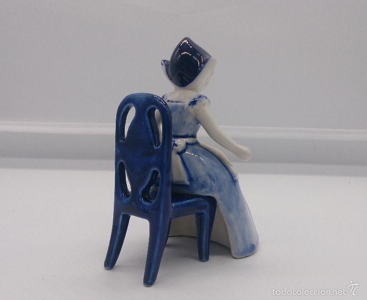Antigüedades: Bella figura en porcelana Holandesa Delft Blue ( Doncella Holandesa Tradicional sentada ) . - Foto 2 - 57476777
