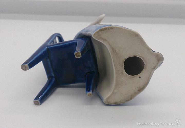 Antigüedades: Bella figura en porcelana Holandesa Delft Blue ( Doncella Holandesa Tradicional sentada ) . - Foto 6 - 57476777