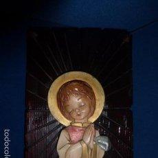Antigüedades: CUADRO CON LA VIRGEN NIÑA EN ESCAYOLA COBRE BASE DE MADERA TALLADA. . Lote 57486191