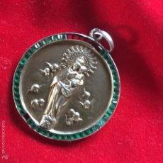 Antigüedades: GRAN MEDALLA VIRGEN DEL PILAR PLATA DORADA Y ESMERALDAS. Lote 226298430