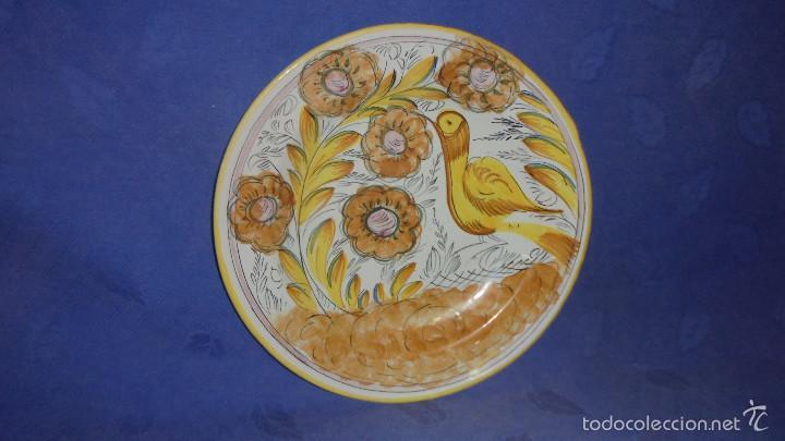 PLATO EN CERAMICA VALENCIANA LEVANTINA, DECORADO PAJARO. MED. DIAMETRO 34 CM. BUEN ESTADO (Antigüedades - Porcelanas y Cerámicas - Manises)