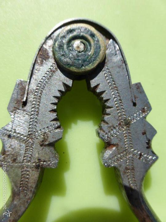Antigüedades: antiguo cascanueces original siglo XVIII, forja cincelada con bonitos dibujos, cascapiñones hierro - Foto 5 - 57552521