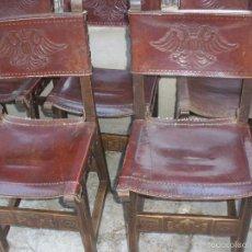 Antigüedades: ANTIGUAS SILLAS DE MADERA Y CUERO REPUJADO CON ESCUDO DE AGUILA BICÉFALA, SILLAS CASTELLANAS. Lote 107482504