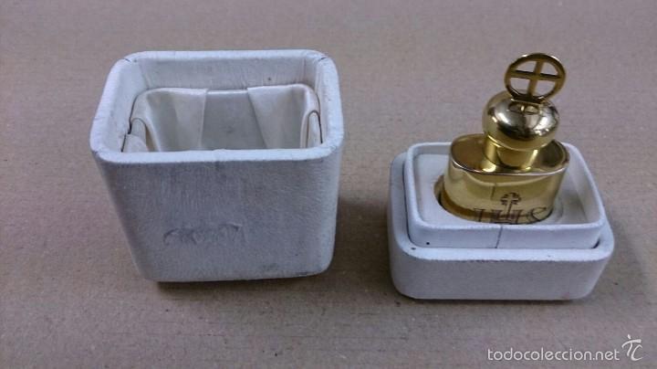 Antigüedades: Crismera o recipiente para los santos oleos en plata dorada con caja original - Foto 2 - 126574124