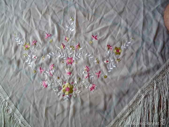 Antigüedades: Mantón en pico bordado con motivos florales de color anacarado. - Foto 2 - 57661873
