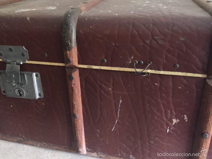 Antigüedades: Antiguo baúl polipiel marrón y madera - Foto 2 - 57724281