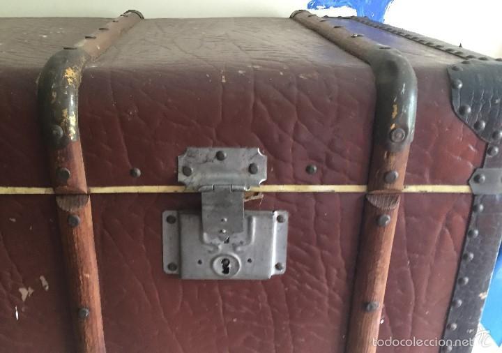 Antigüedades: Antiguo baúl polipiel marrón y madera - Foto 3 - 57724281