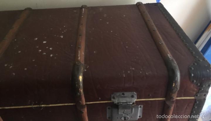 Antigüedades: Antiguo baúl polipiel marrón y madera - Foto 6 - 57724281