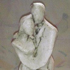 Antigüedades: PRECIOSA FIGURA DE ENAMORADOS REALIZADO EN PIEDRA SOBRE MADERA - 26 CENT. APROX.. Lote 57735817