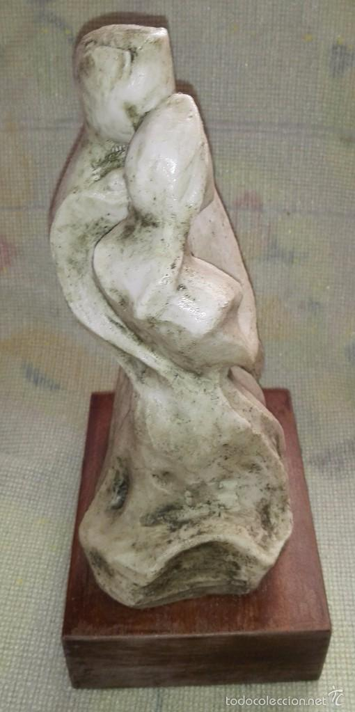 Antigüedades: PRECIOSA FIGURA DE ENAMORADOS REALIZADO EN PIEDRA SOBRE MADERA - 26 CENT. APROX. - Foto 3 - 57735817
