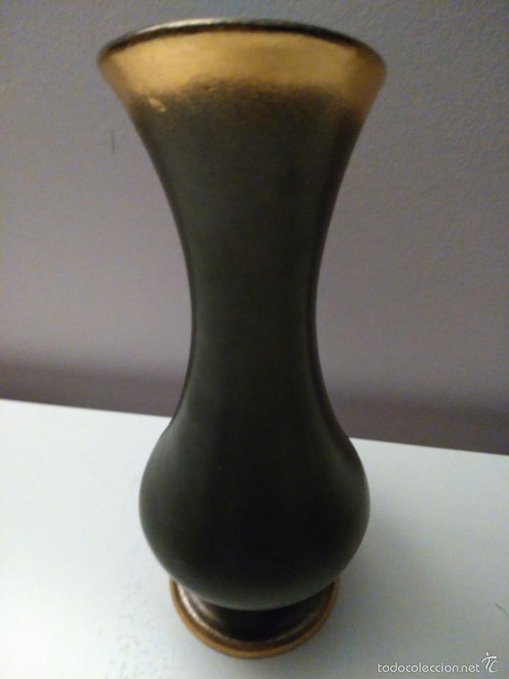 Antigüedades: Jarrón o florero. Marrón y dorado. Sello inferior - Foto 2 - 57741295