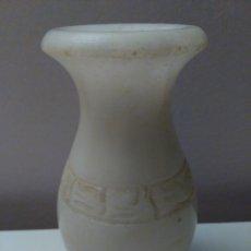 Antigüedades: JARRÓN O FLORERO PEQUEÑO. ADORNOS A RELIEVE. MÁRMOL. Lote 57741677