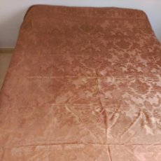 Antigüedades: COLCHA ANTIGUA DE RASO ADAMASCADA MARRÓN. Lote 109492034