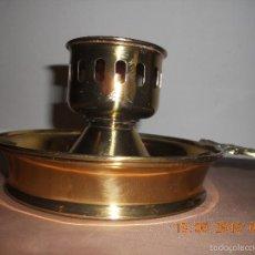 Antigüedades: ANTIGUO PORTAVELAS PALMATORIA METAL DORADO CON ASA DE BRONCE . Lote 57772643