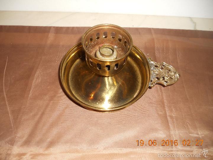 Antigüedades: ANTIGUO PORTAVELAS PALMATORIA METAL DORADO CON ASA DE BRONCE - Foto 7 - 57772643