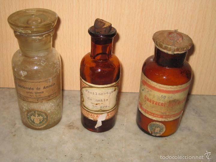 TRES BOTELLAS DE CRISTAL CON SU TAPON, CON PRODUCTO DE FARMACIA **MERCK** (Antigüedades - Cristal y Vidrio - Farmacia )
