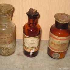 Antigüedades: TRES BOTELLAS DE CRISTAL CON SU TAPON, CON PRODUCTO DE FARMACIA **MERCK**. Lote 145004896