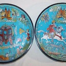 Antigüedades: PAREJA DE PLATOS EN CRISTAL ESMALTADO A MANO - FIRMADO ROYO - MEDIADOS DEL SIGLO XX. Lote 57790001