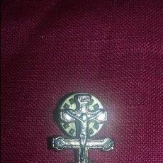Antigüedades: PIN DE CRUZ DE CARAVACA EN DORADO. Lote 57820434