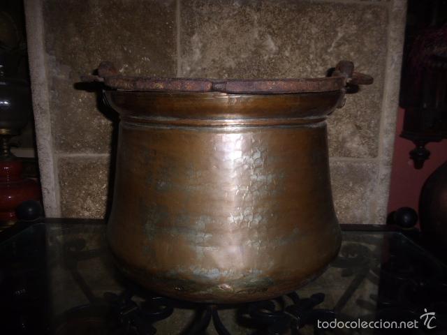 Antigüedades: ANTIGUO CUBO O CALDERO DE COBRE CON EL ASA DE HIERRO - Foto 2 - 152736928