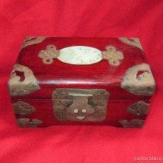 Antigüedades: ANTIGUA CAJA O JOYERO CHINO. MADERA , LATON Y JADE. S. XX.. Lote 84973079